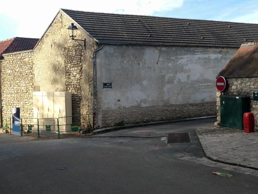 Armoire installée à l'angle de la Grande Rue et de la rue du Pont Planté à Thiverval